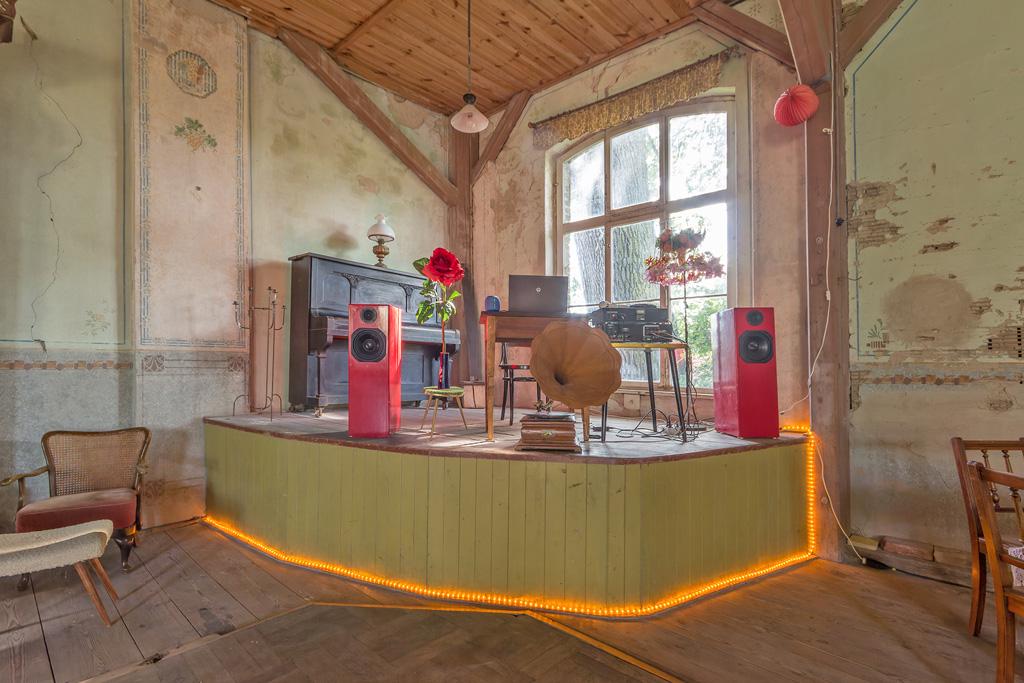 Buehne_im_alten_Tanzsaal_auf_dem_Hollerhof-Friedrichswalde