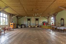 Tanzsaal Hollerhof Rückseite mit Blick auf Buehne